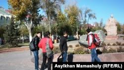 Студенты перед зданием вуза. Жезказган, 29 октября 2013 года.