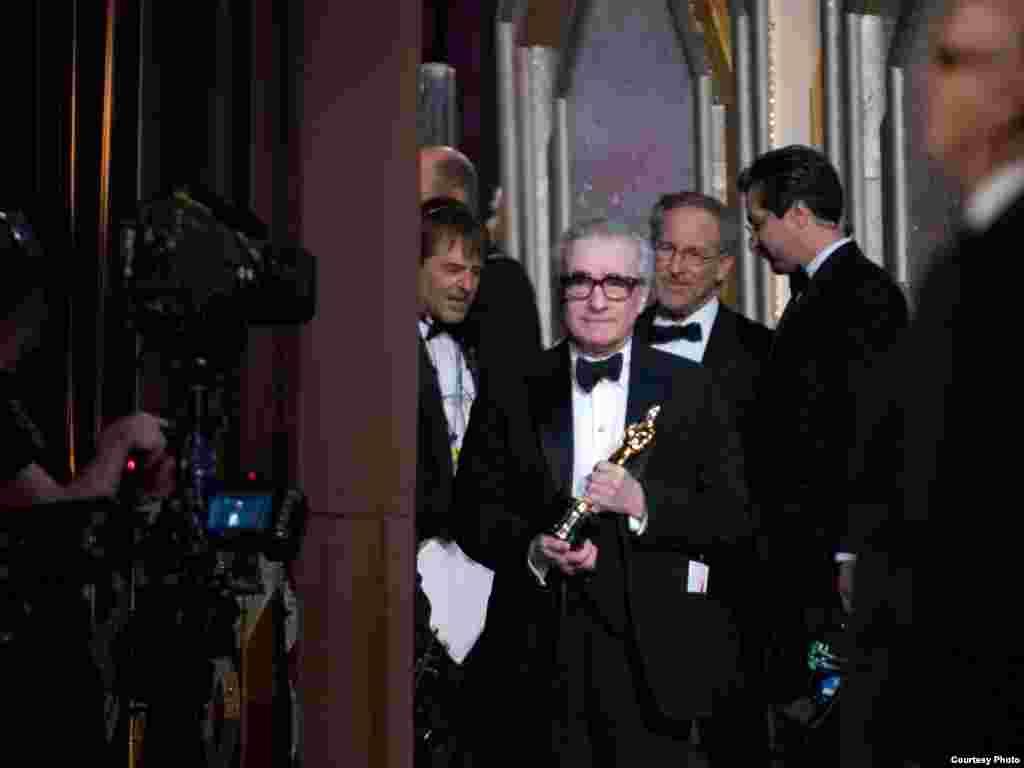 اسکورسیزی از پشت صحنه ناظر بود تا ببیند آیا فیلمش جایزه بهترین فیلم را می گیرد یا نه ....که گرفت !..اسکورسیزی داشت با خودش فکر می کرد آدم هایی که اسکار امسال را به او دادند زمانی که او فیلم « راننده تاکسی» را ساخت کجا بودند؟