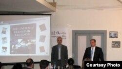 ჯეიმს რობერტსი (მარჯვნივ) თბილისში გამართულ ლექციაზე