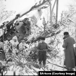 Patrulă finlandeză demontează armamentul de pe un avion sovietic doborât