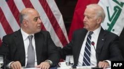 Ирак премьери Хайдар ал-Абади (солдо) менен АКШ вице-президенти Жо Байден