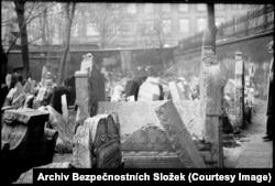 Есть и фотографии, где объекты слежки в объектив камеры вообще не попали, но сами фотографии получились красивыми, как этот снимок на старом еврейском кладбище в Праге