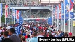 Болельщики идут на первый матч чемпионата мира по футболу в Волгограде