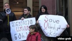 Защитники Сакдриси требует аннулировать нормативные акты, позволившие RMG Gold возобновить золотодобычу, а также запретить компании проводить широкомасштабные работы до вынесения судебного решения