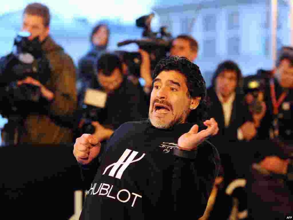 Расея. Дыега Марадона падчас дабрачыннай футбольнай акцыі на даху маскоўскага ЦУМу.