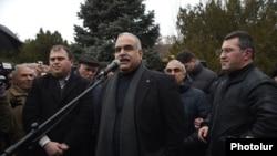 Лидер партии «Наследие» Раффи Ованнисян выступает на площади Свободы, Ереван, 20 февраля 2015 г․