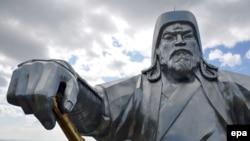 Верхняя часть 30-метровой конной статуи Чингисхана, установленной в 2008 году в степи в 54 километрах от Улан-Батора