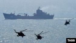 Россия ҳарбий кемаси ва вертолётлари.