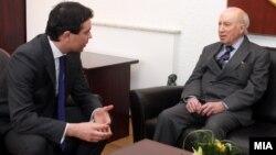 Министерот за надворешни работи Никола Попоски и посредникот на ОН Метју Нимиц на средба во Скопје, 20 февруари 2012