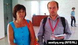 Сестра Зинаиды Мухортовой Наталья Абент и гражданский активист Андрей Цуканов. Балхаш, 20 августа 2013 года.