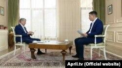 Экс-президент Алмазбек Атамбаев во время интервью с журналистом телеканала «Апрель» Канатом Каниметовым.