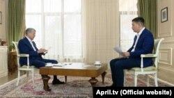 Экс-президент Кыргызстана (слева) беседует с журналистом телеканала «Апрель». 10 декабря 2018 года.