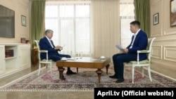 Экс-президент Алмазбек Атамбаев и журналист Канат Каниметов. Фрагмент интервью, вышедшего на телеканале «Апрель» 10 декабря.