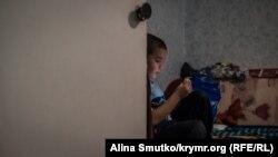 8-летний Али играет на планшете в детской