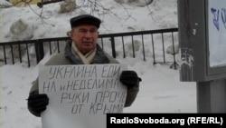 Участник пикета против аннексии Крыма Россией, Ижевск, 9 марта 2014
