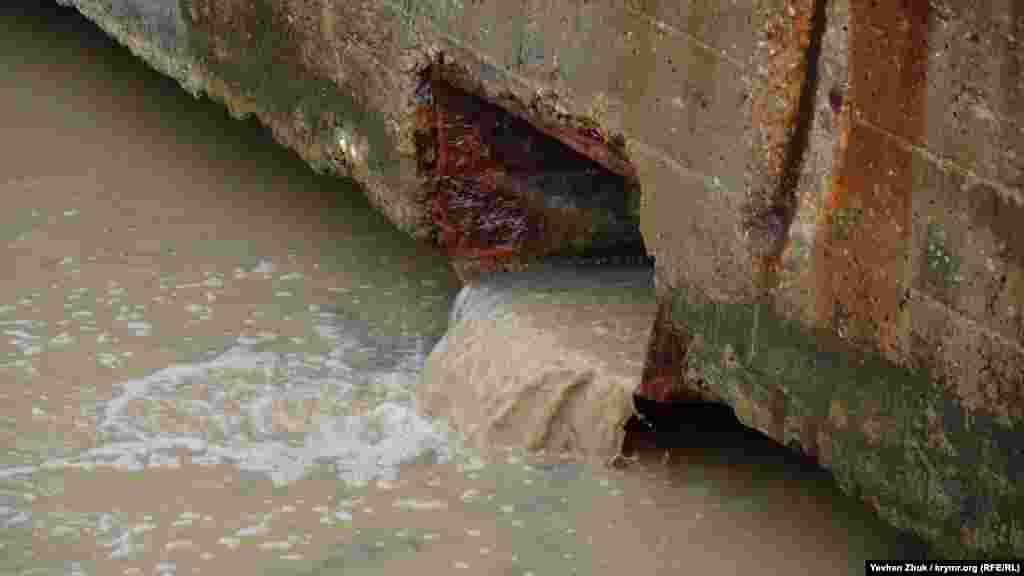 Зі зливової каналізації до Артбухти стікають потоки води