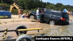 """Джипът на плаж """"Перла"""" беше издърпан от водата с багер"""