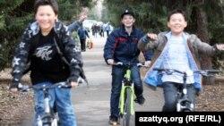Велосипед теуіп жүрген балалар. Алматы, 27 наурыз 2012 жыл. (Көрнекі сурет)