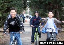 Велосипед теуіп, ойнап жүрген балалар. Алматы, 27 наурыз 2012 жыл