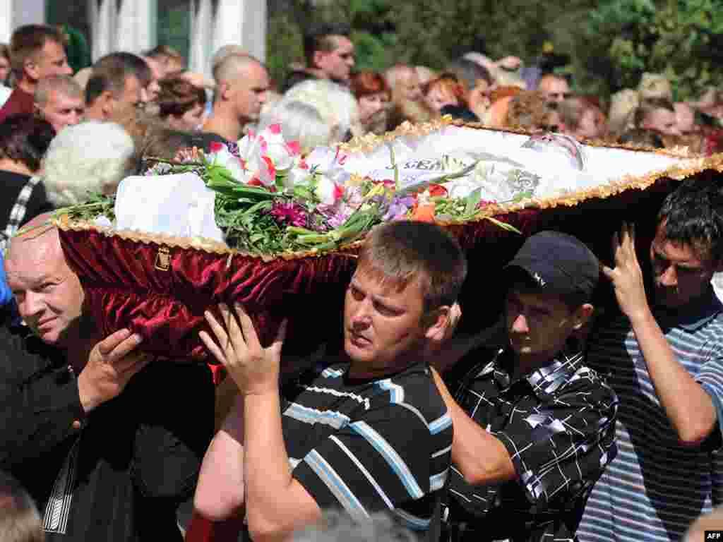 Похороны погибших при аварии на на Саяно-Шушенской ГЭС. Число жертв достигло 26, пропавшими без вести числятся 49 человек