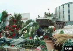 Цветы и траурные венки у здания вильнюсского телецентра, 17 января 1991 года