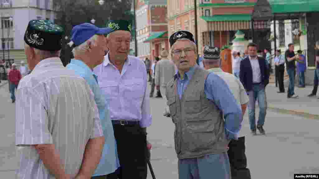Иске татар бистәсе, Мәрҗәни мәчете каршында Ураза гаетенә килгән халык