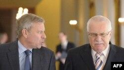 Președintele Cehiei Vaclav Klaus și secretarul general NATO Jaap de Hoop Scheffer