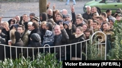Moldovenii la coadă în fața Consulatului general de la Frankfurt