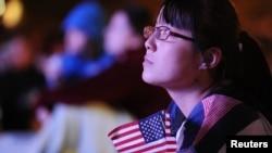 Девушка слушает предвыборные дебаты кандидатов в президенты США Барака Обамы и Митта Ромни.
