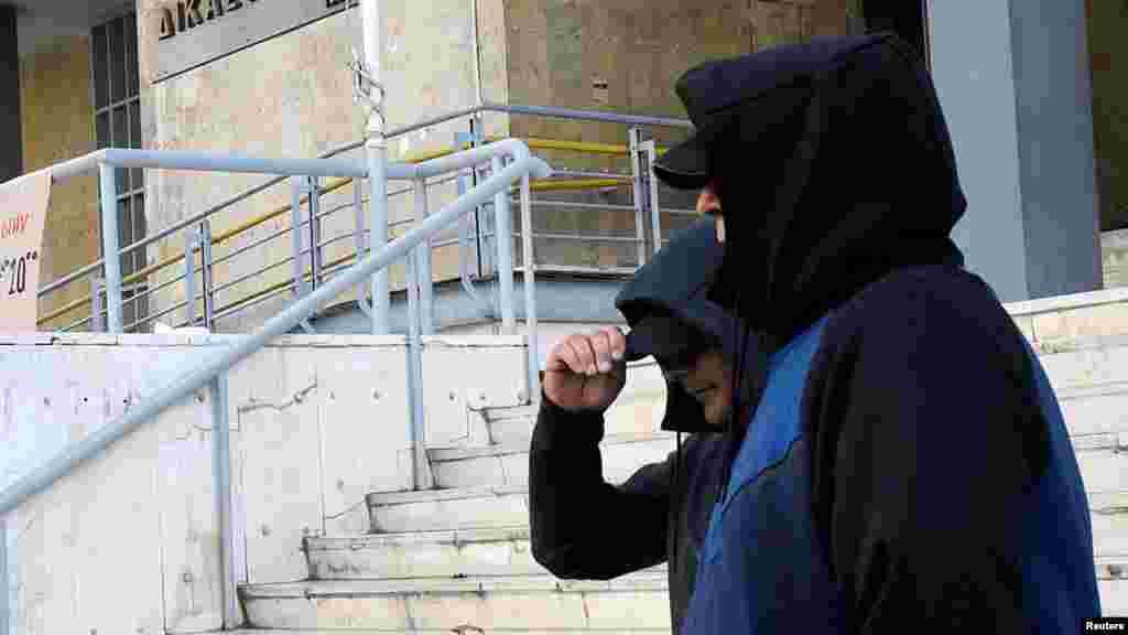 МАКЕДОНИЈА / ГРЦИЈА - Судот во Солун ја соопшти одлуката да бидат екстрадирани во Македонија поранешните разузнавачи на УБК Горан Грујевски и Никола Бошковски. На одлуката се чекаше половина месец, бидејќи во грчкиот суд немаше кој да ја прочита на македонски јазик поради неможноста да се најде преведувач.