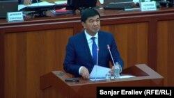 Мухаммедкалый Абылгазиев парламент депутаттарына программа тууралуу айтып берип жаткан учуру.