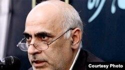 قربان بهزادیان نژاد، مشاور مير حسين موسوی، روز شنبه به دلیل وخامت حال به بیمارستان منتقل شد.