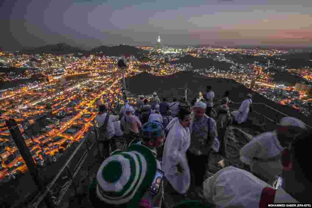 Muslim hajj pilgrims visit Hiraa cave at Jabal al-Nour during the annual pilgrimage in Mecca, Saudi Arabia, on August 15. (epa-EFE/Mohammed Saber)