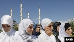 """""""Çeçenistan gözəli"""" yürüşünün iştirakçıları Qroznıda, 16 Sentyabr 2010-cu il"""
