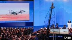 Президент России Владимир Путин (за трибуной) во время выступления с ежегодным посланием к Федеральному собранию России в Центральном выставочном зале «Манеж». 1 марта 2018 года