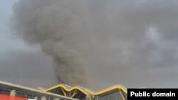 دود غلیظ ناشی از سقوط هواپیمای اسپانیایی در فرودگاه بین المللی مادرید از فاصله دور دیده می شود.