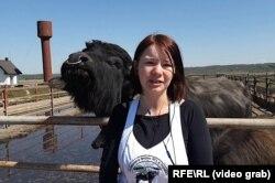 Інна Левдар на буйволиній фермі. Закарпаття, квітень 2020 року
