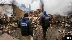 Спостерігачі ОБСЄ оглядають зруйнований будинок після повідомлень про обстріл Авдіївки, лютий 2017 року