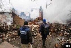 Спостерігачі ОБСЄ оглядають зруйновану будівлю після обстрілу Авдіївки, лютий 2017 року.