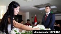 Бишкекчане оставляют цветы в посольстве Турции в Кыргызстане. 30 июня 2016 года.