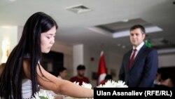 Кыргызстанка возлагает цветы в посольстве Турции в Бишкеке.