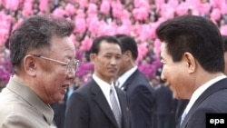 По мнению экспертов, уступки Пхеньяна (на фото Ким Чен Ир приветствует южнокорейского президента) вызваны плачевным состоянием экономики КНДР