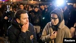 Ксения Собчак (справа) и российский оппозиционер Илья Яшин на месте убийства Бориса Немцова. Москва, 28 февраля 2015 года.
