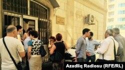 Перед зданием Бакинского Суда по Тяжким Преступлениям