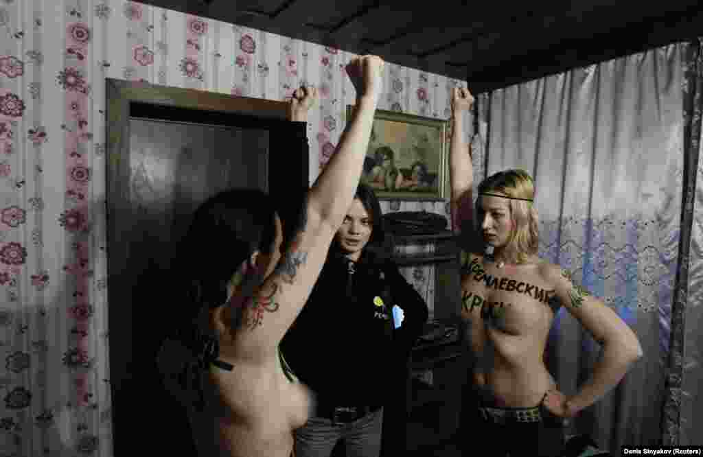 Оксана Шачко (в центрі) проводять вишкіл з іншими активістками Femen перед протестом у Москві в 2012 році