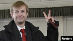 Независимый кандидат Евгений Урлашов голосует на выборах мэра Ярославля в России. 1 апреля 2012 года.