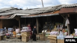 Десять лет назад рынок в районе села Эргнет действительно был крупным центром торговли. Покупать и продавать свой товар сюда приезжали бизнесмены из России, Южной Осетии, Грузии, Армении
