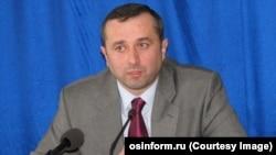 39-летний полковник милиции в отставке Роберт Гулиев хорошо известен в Южной Осетии. Он возглавлял МВД, работал госсоветником по вопросам безопасности и мэром Цхинвала. В 2009 году из-за разногласий с экс-президентом Кокойты был вынужден покинуть кресло мэра. Фото: osinform.ru