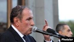 Левон-Тер-Петросян выступает во время митинга на площади Свободы в Ереване (архив)