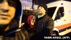 Люди на вулиці поблизу клубу, де стався збройний напад, Стамбул, Туреччина, 1 січня 2017 року